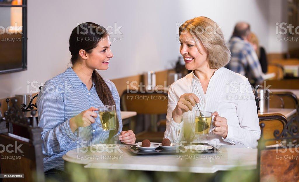 Duas amigas no café mesa foto royalty-free