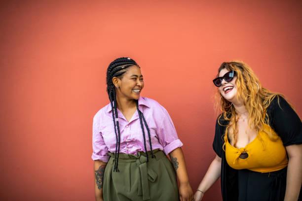 二人の女友達が笑っている。 - real bodies ストックフォトと画像
