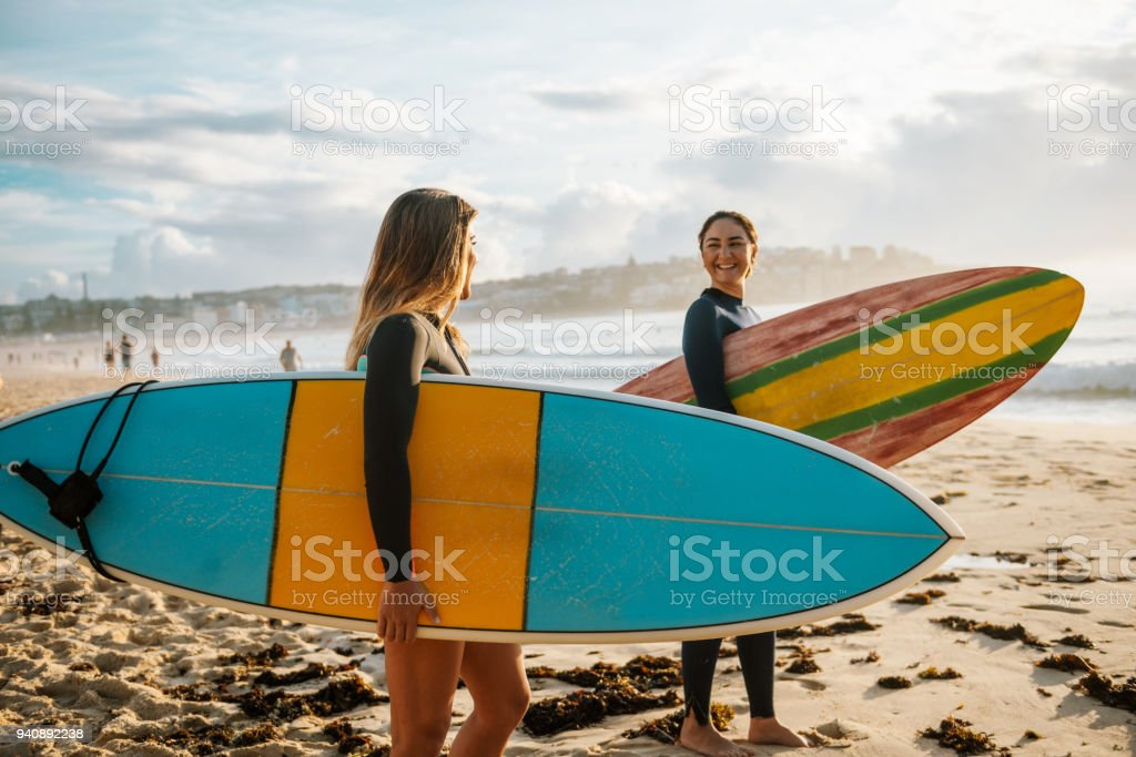 Zwei Freundinnen mit Surfbrettern - Lizenzfrei 20-24 Jahre Stock-Foto