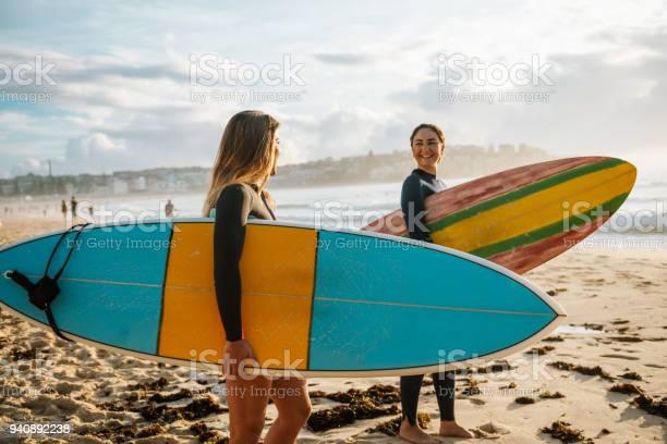 Zwei Freundinnen Mit Surfbrettern Stockfoto und mehr Bilder von 20-24 Jahre
