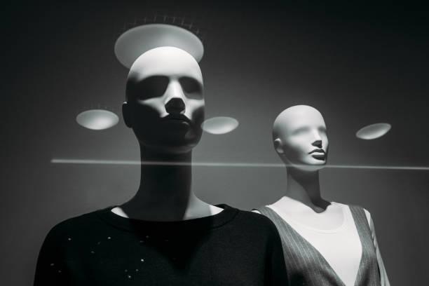 zwei weibliche Schaufensterpuppen in einem Schaufenster während eines Verkaufs – Foto