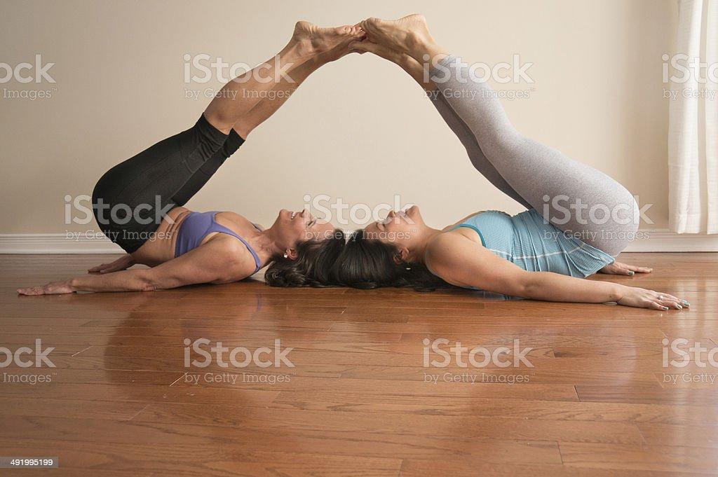 Dos mujeres haciendo Yoga médico en dos patas plantear tocar los dedos de  los pies foto 20e2b4b078d7