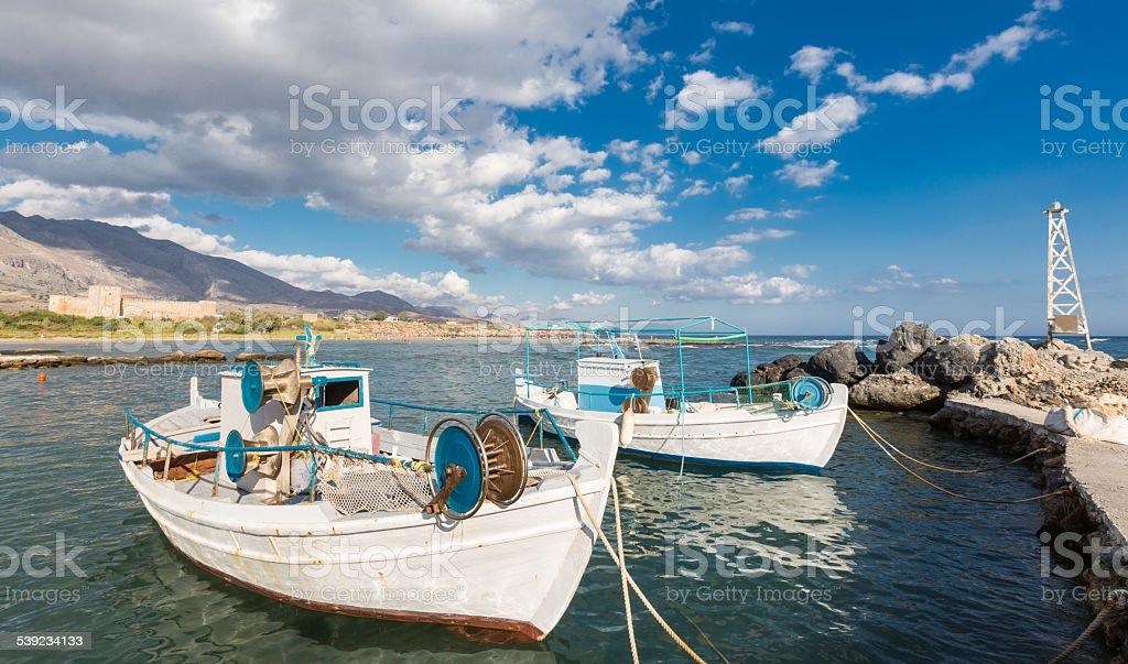 Dos barcos pesqueros en Frangokastello, Grecia foto de stock libre de derechos