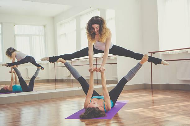 Deux femmes faisant équilibre coupe exercice - Photo