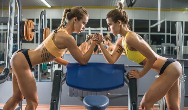 zwei fitness-frau - armdrücken stock-fotos und bilder