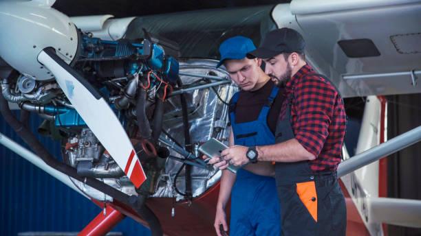 zwei flugmechanik tun ein pre-flight check - versuche nicht zu lachen stock-fotos und bilder