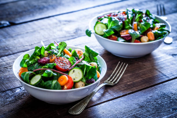 deux bols de salade fraîche - saladier photos et images de collection