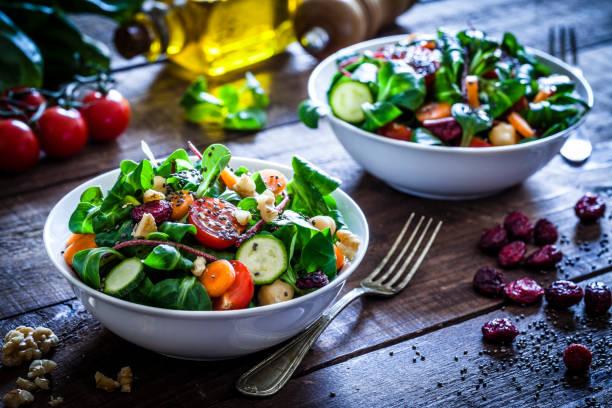 dos tazones de fuente de ensalada fresca - vegana fotografías e imágenes de stock