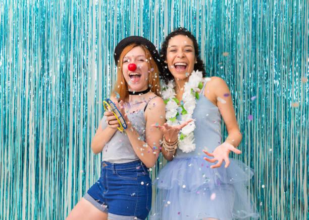 """2 人の友人は、カーニバルを祝っています。優勢な色はブルー。紙吹雪。""""n - 謝肉祭 ストックフォトと画像"""