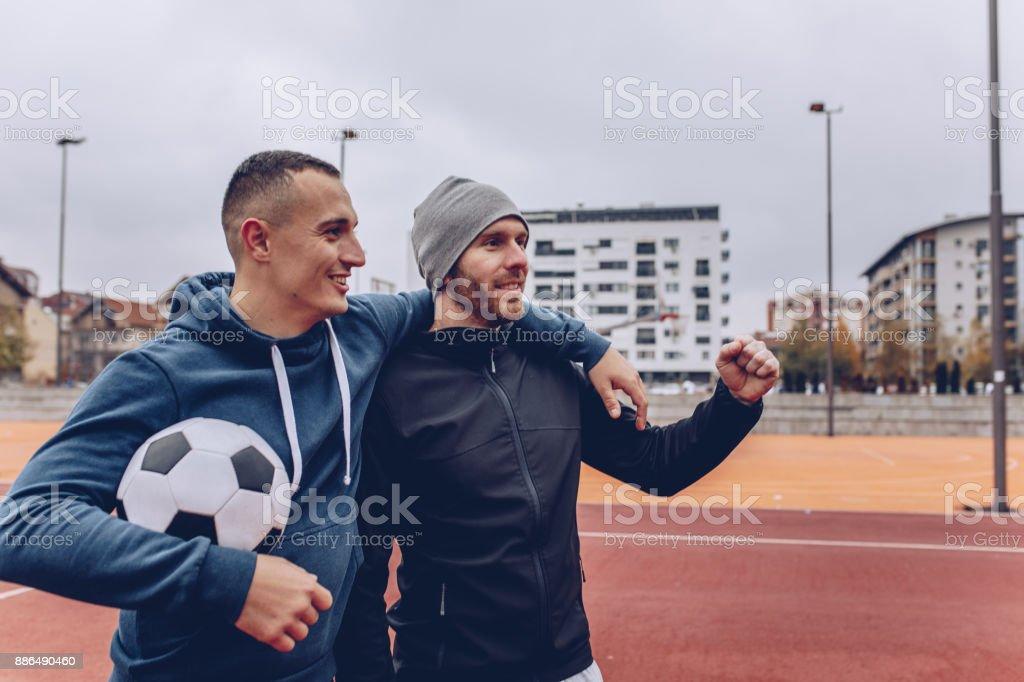 Dos amigos antes del partido - foto de stock