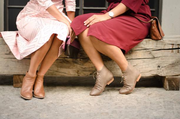 zwei freunde, die zeit zusammen genießen, tief im gespräch - damen rock pink stock-fotos und bilder