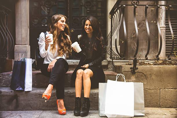 Dois amigos pendurado ao redor e de compras - fotografia de stock