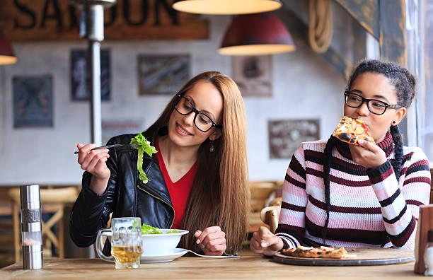 zwei freunde haben mittagessen im restaurant - bier gesund stock-fotos und bilder