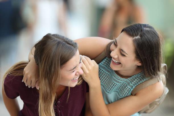 zwei freunde treffen und spaß auf der straße - beste freundin stock-fotos und bilder