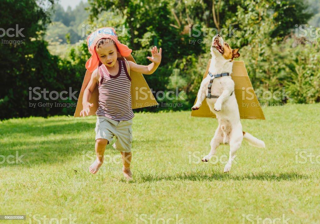Deux amis jouer prometteurs avec des ailes en carton - Photo
