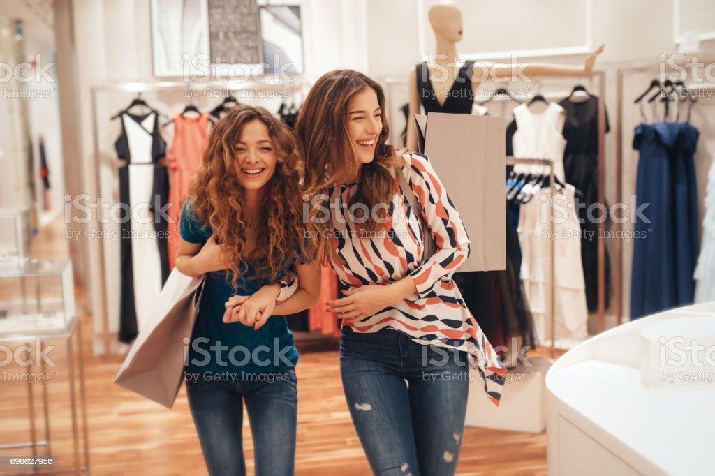 Dois amigos, comprar a roupa de - foto de acervo