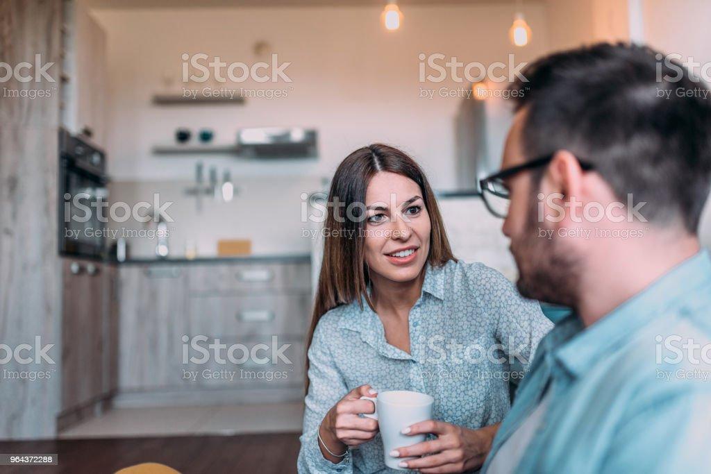 Dois amigos conversando em casa. - Foto de stock de Adulto royalty-free