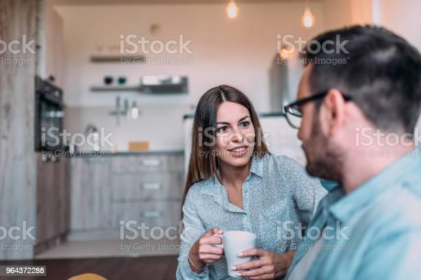 Foto de Dois Amigos Conversando Em Casa e mais fotos de stock de Adulto