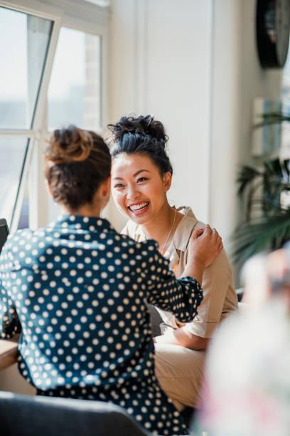 dois amigos que falam no trabalho - girl power provérbio em inglês - fotografias e filmes do acervo