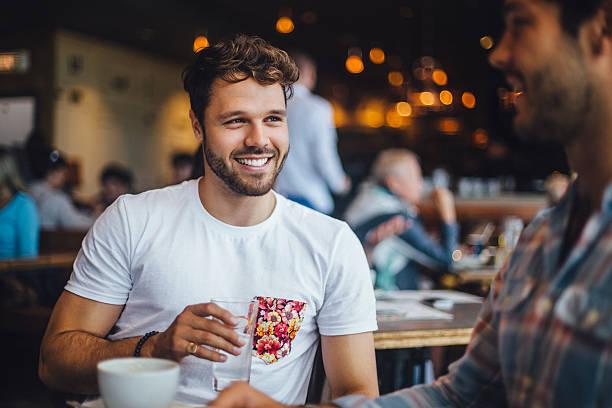 Two Friends Talking in a Cafe – Foto