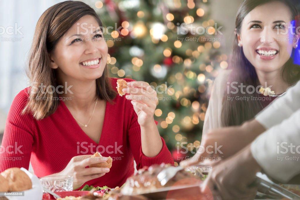 İki arkadaş ile hostes Noel yemeği sırasında ziyaret. stok fotoğrafı