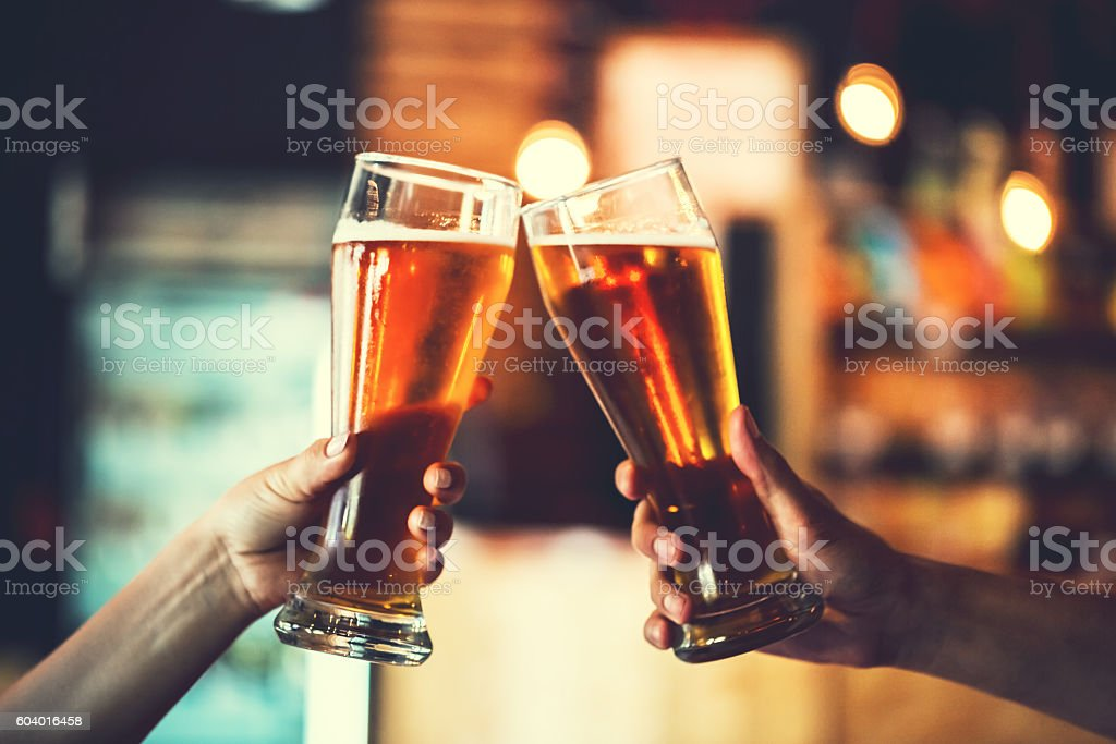 Two friends with glasses of beer. Shallow DOF - foto de acervo