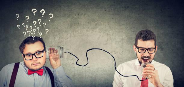 Dos hombres de aspecto gracioso teniendo problemas de comunicación - foto de stock