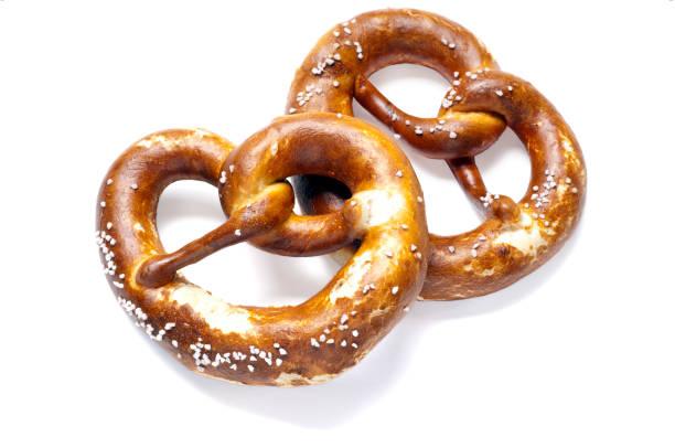 兩個德國麵包椒鹽脆餅在白色背景上 - 椒鹽蝴蝶圈 個照片及圖片檔