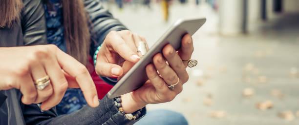 zwei freundinnen glücklich beobachten internet social media im smartphone - zum totlachen stock-fotos und bilder