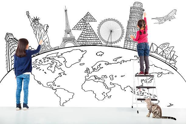 zwei mädchen kinder zeichnen weltkarte und berühmten wahrzeichen - karten wandkunst stock-fotos und bilder