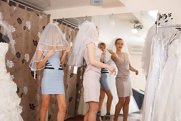 Zwei Freundinnen im Brautkleid-Boutique – Foto