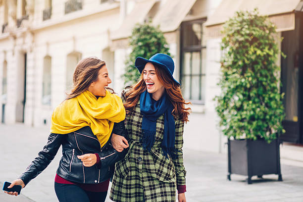 2 つのガールフレンド徒歩でパリの通り - パリのファッション ストックフォトと画像