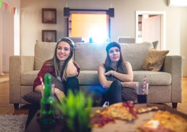 zwei freundinnen film - tageslichtbeamer stock-fotos und bilder