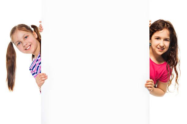 zwei mädchen und informationen billboard - sprüche kinderlachen stock-fotos und bilder