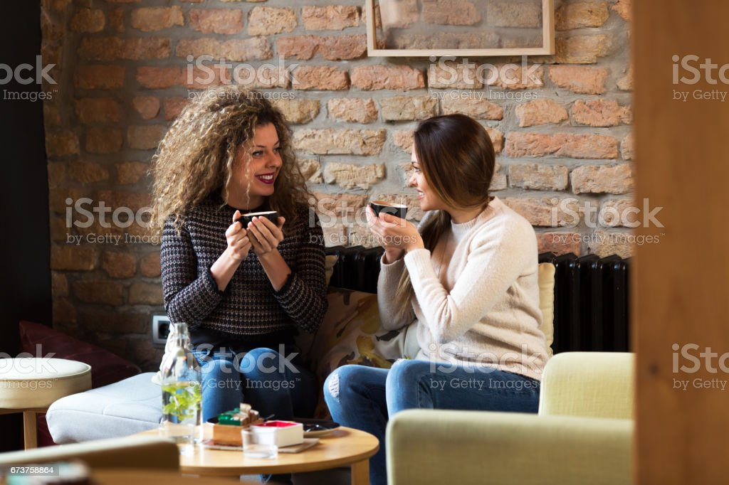 Two girls are drinking coffe in a cafe. photo libre de droits