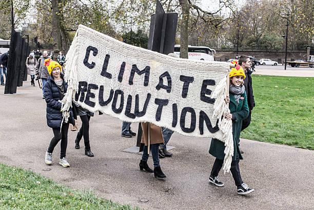 """두 걸스 휴대용 큰 게시판, 단어 """"기후 레볼루션"""" - 기후 묘사 뉴스 사진 이미지"""
