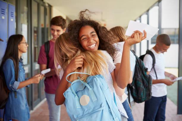 duas meninas celebrando resultados de exame no corredor da escola - happy test results - fotografias e filmes do acervo