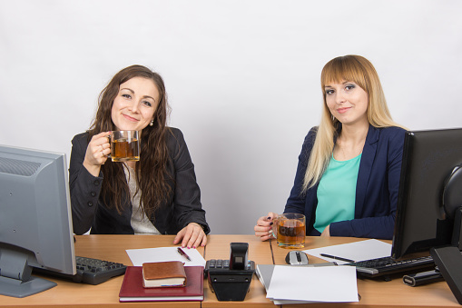 Фото девушки на работе за столом работа молодой и красивой девушке