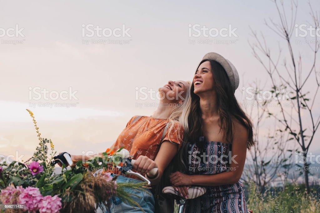 Deux jeunes filles Profitez de vélo et le grand jour - Photo