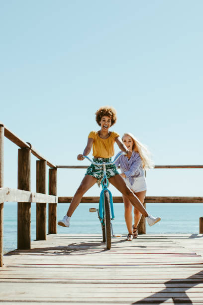 zwei mädchen genießen im urlaub - lifestyle stock-fotos und bilder