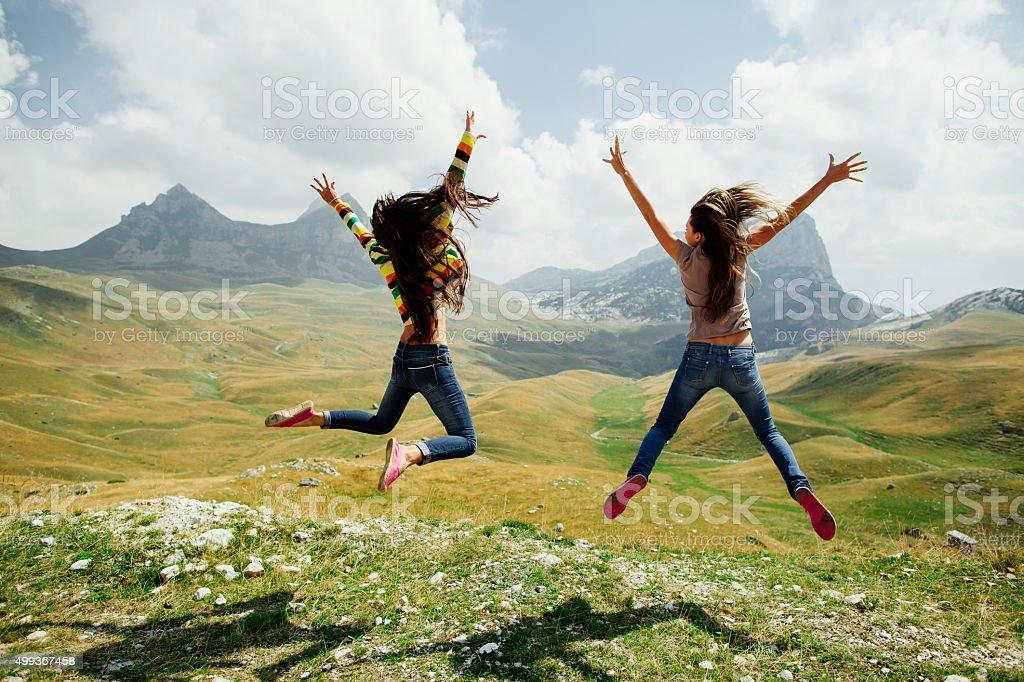 Zwei Mädchen glücklich Sprung in den Bergen – Foto