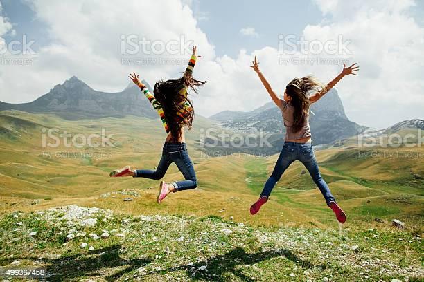 Zwei Mädchen Glücklich Sprung In Den Bergen Stockfoto und mehr Bilder von 2015