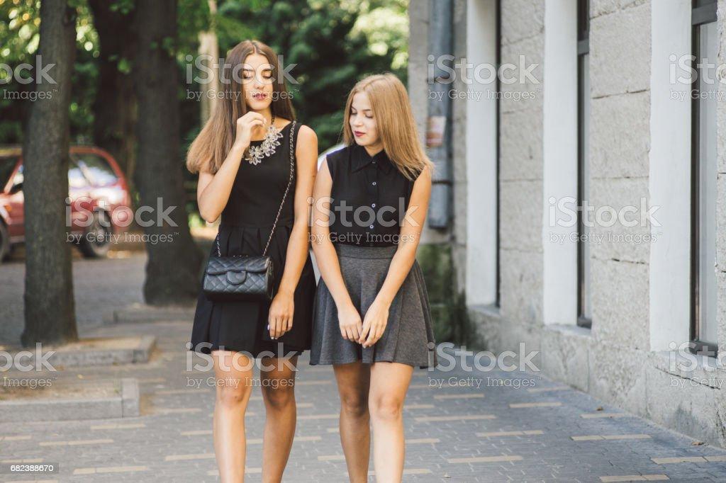 två tjejer HD royaltyfri bildbanksbilder