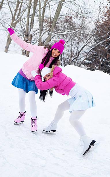 zwei mädchen ice skating - damenschuhe k stock-fotos und bilder