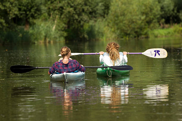 Zwei Mädchen im Kanu – Foto