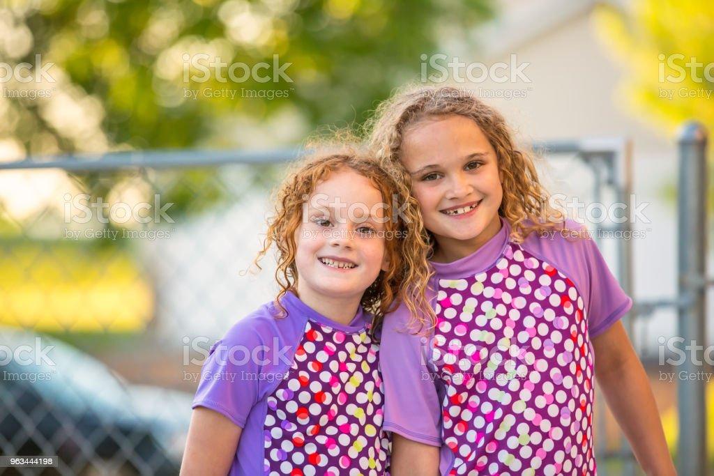 Mor mayolar kameraya gülümseyen'de iki kız - Royalty-free 6-7 Yaş Stok görsel