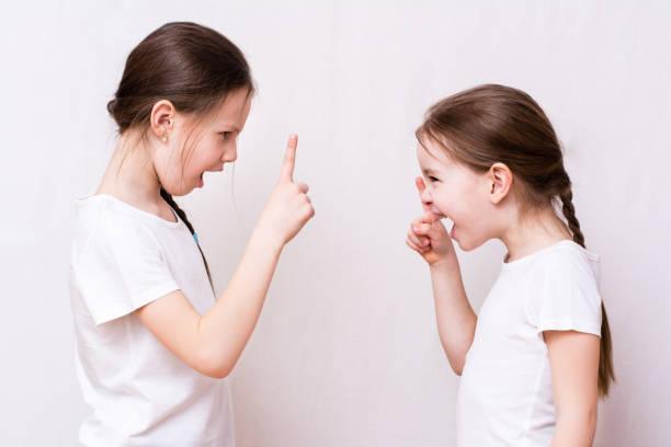Iki kız kardeşler güçlü birbirleriyle kavga stok fotoğrafı