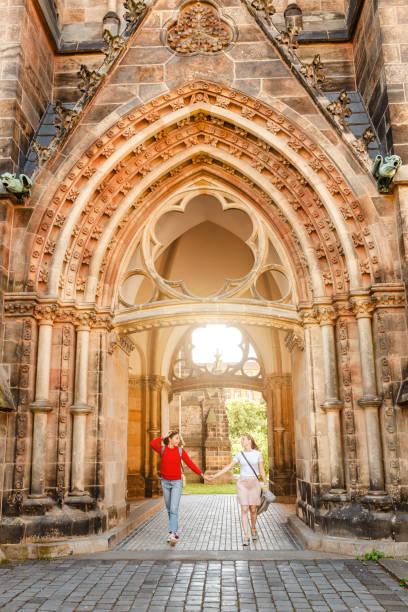 två flickor turist vänner kramar mot bakgrund av peters kyrkan i leipzig - sankt peterskyrkan münchen bildbanksfoton och bilder
