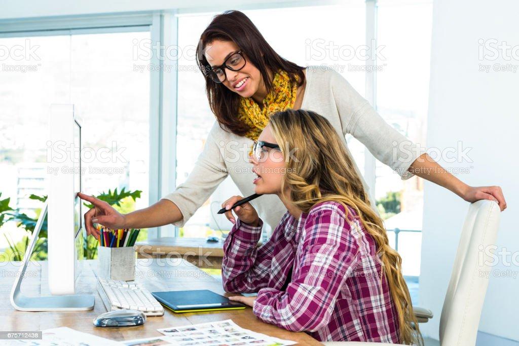 兩個女孩使用一台電腦 免版稅 stock photo