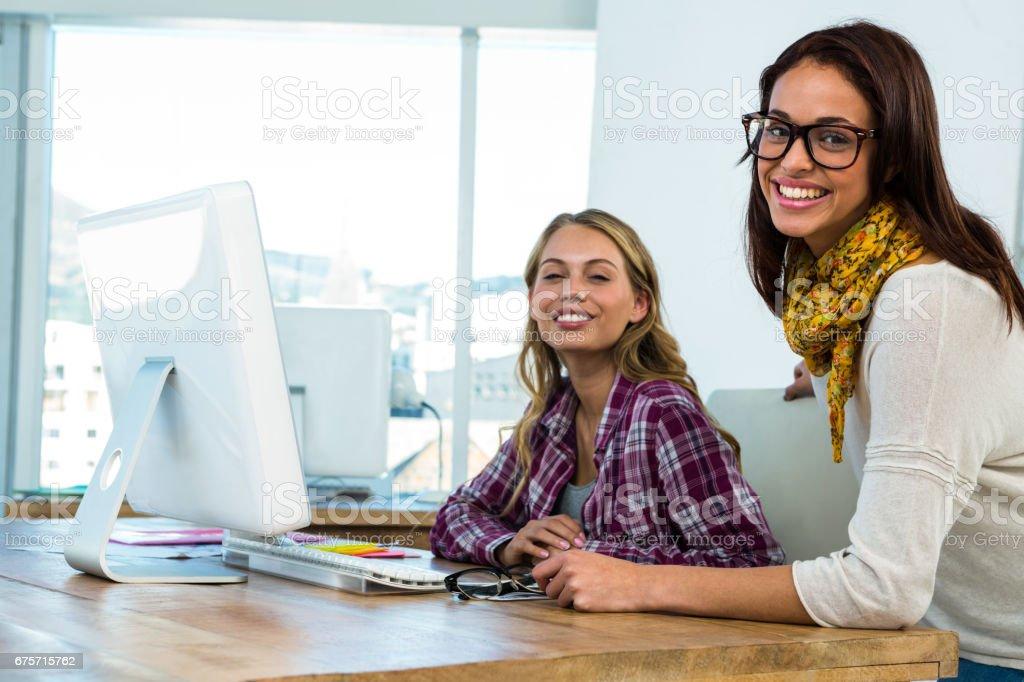 兩個女孩在辦公室工作 免版稅 stock photo